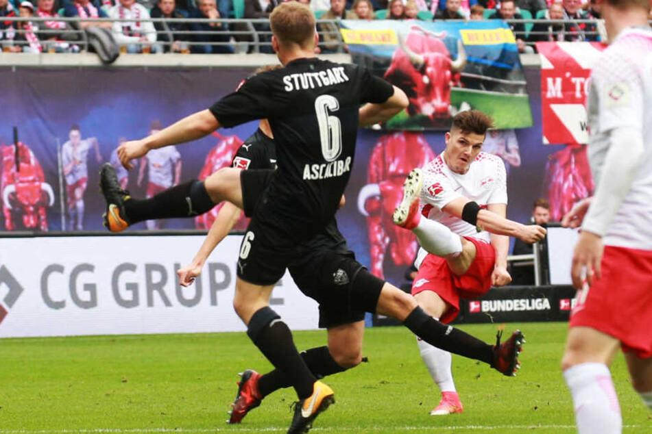 Marcel Sabitzer (hinten) schlenzte den Ball in der 23. Minute sehenswert zur 1:0-Führung ins Stuttgarter Tor um Weltmeister Ron-Robert Zieler.