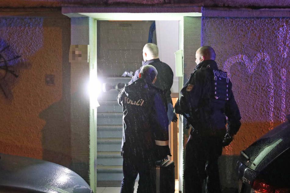 Polizisten finden lebensgefährlich verletzte Frau in Hinterhof