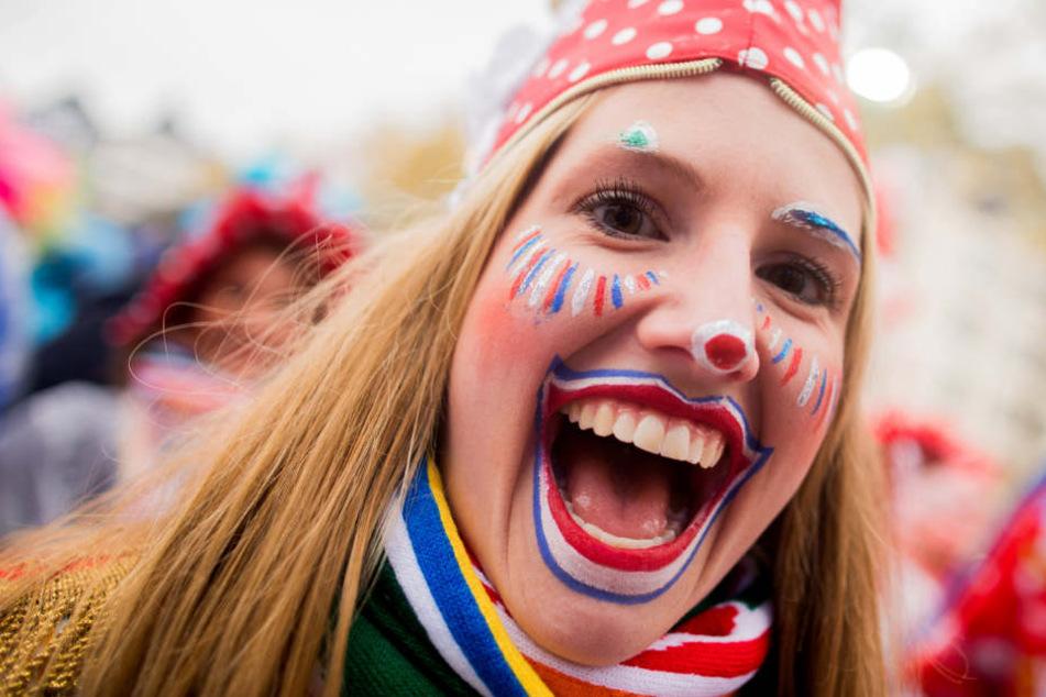 Karneval in Köln: Tausende Kostümierte feiern