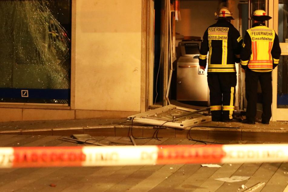 Das Foto zeigt Einsatzkräfte der Feuerwehr bei der zerstörten Bankfiliale in Rüsselsheim.
