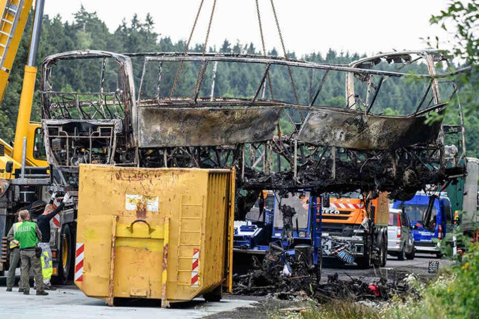 Nach der Spurensicherung vor Ort an der A9 wurde der ausgebrannte Bus von  einem Kran geborgen.