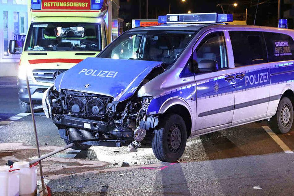Auch der Polizeiwagen wurde durch den Unfall beschädigt.