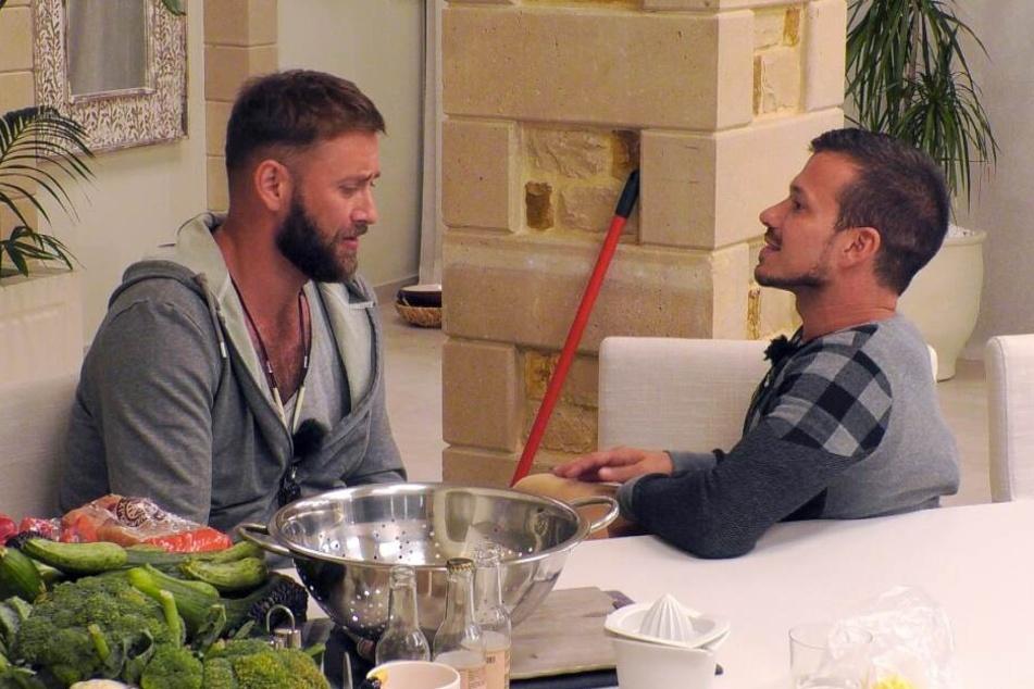 Marco (35, r.) will die Villa vorzeitig verlassen. Kann ihn Flugbegleiter Kirill (33, l.) umstimmen?