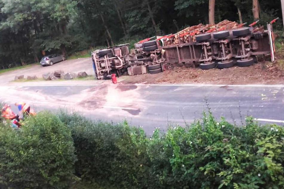 Der Laster-Fahrer kam mit schweren Kopfverletzungen in ein Krankenhaus.
