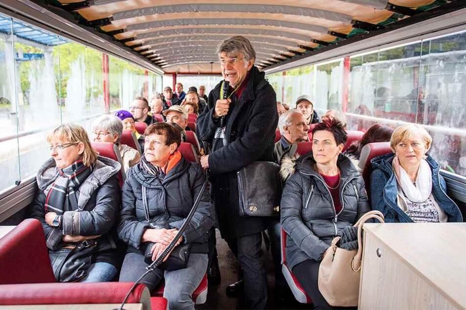Stadtführer Fiebig (66) musste die Tour unter geschlossenem Dach durchführen.