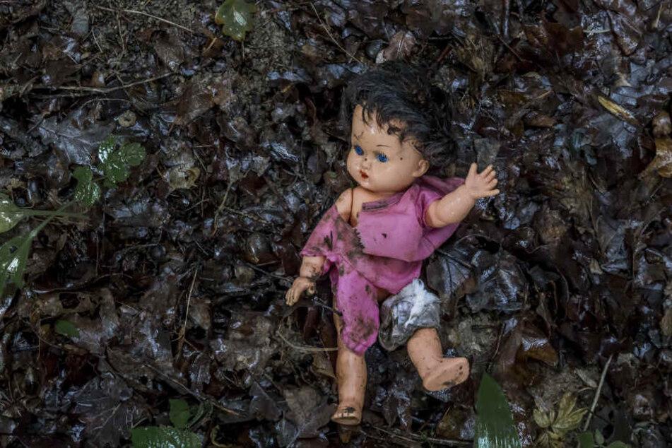 Mit einer Puppe schlug die Frau dem Kind mehrfach auf den Kopf, wie die Polizei berichtete. (Symbolbild)