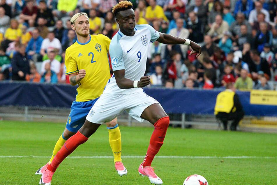 Hier im Trikot von Englands U21-Nationalmannschaft, traf er am Mittwoch für seinen Verein Aston Villa gleich vier Mal: Tammy Abraham (r.).