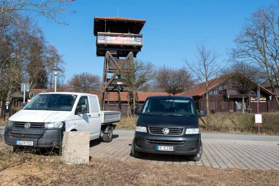 Der Fernblick vor den Toren Zwickaus aus Richtung Werdau kommend. Vorn zu sehen der Granitstein, von dem die Metall-Hinweisplatte geklaut wurde.