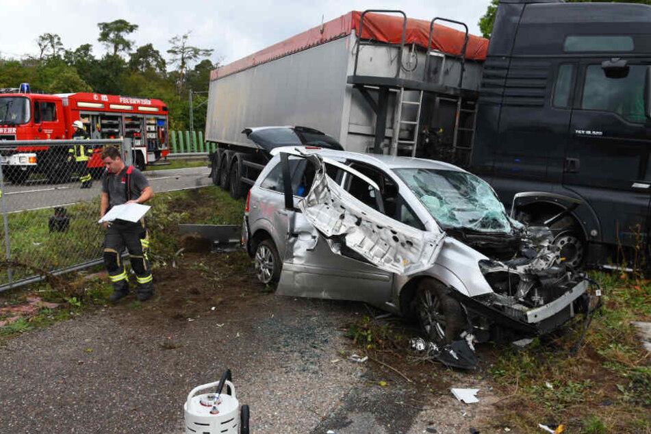 Auto gerät in Gegenverkehr und kracht in Lastwagen: zwei Schwerverletzte