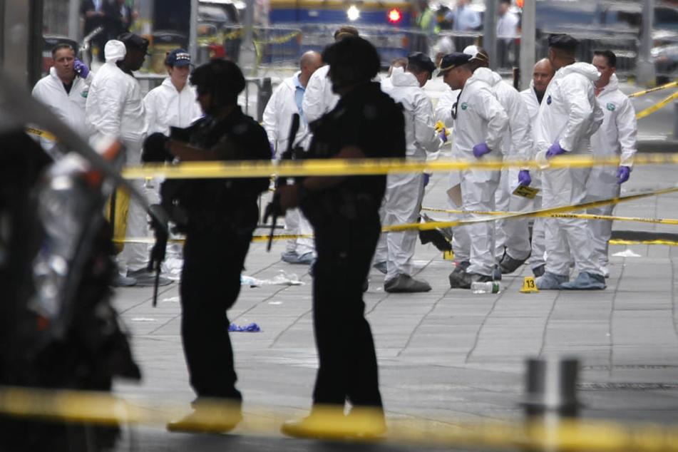 Die Ermittler untersuchen den Tatort am New Yorker Times Square.