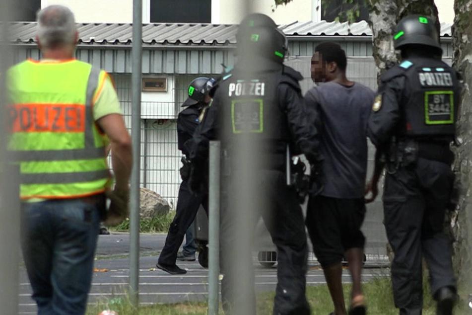 Ein massives Polizeiaufgebot rückte in der Flüchtlingsunterkunft an.