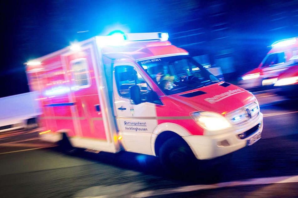Ein 27-jähriger kam mit seinem Auto von der Straße ab und fuhr in ein Gebüsch. Dort hielt sich ein 18-Jähriger auf. Der junge Mann starb noch an der Unfallstelle. (Symbolbild)