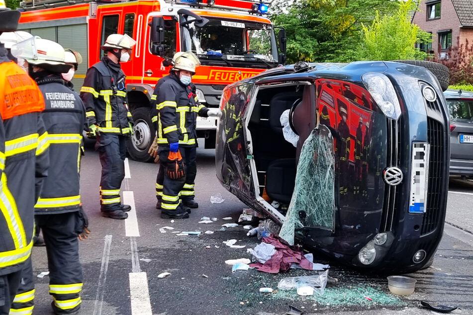 Der VW liegt nach dem Unfall schwer beschädigt auf der Seite.