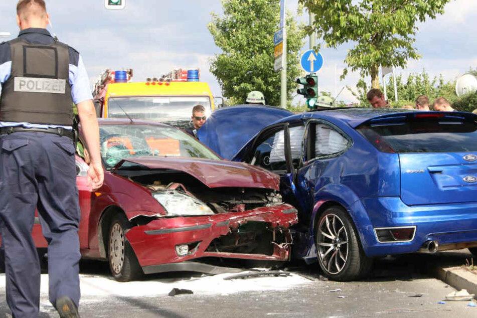 Auf der Flucht vor der Polizei krachte der Mann in den blauen Ford.