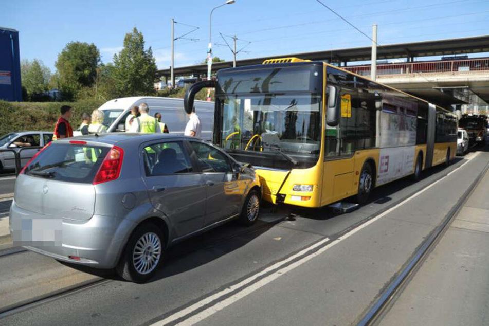 Der Fiat gelangte in die Busspur und krachte in einen wartenden Bus der Linie 65.