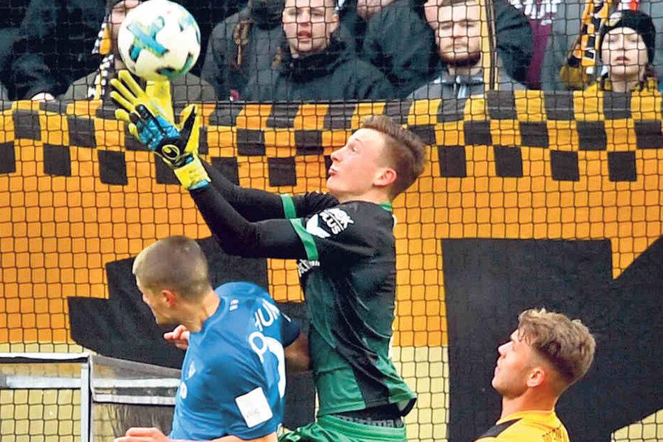 Dynamo-Schlussmann Markus Schubert (M.) angelt sich den Ball, keine Chance für den Bochumer Johannes Wurz, an die Kugel zu kommen. Marcel Franke beobachtet die Szene.