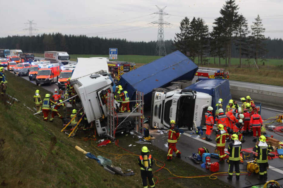Zahlreiche Rettungskräfte sind bei dem Unfall im Einsatz.