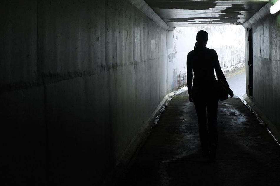 Die 16-Jährige war allein unterwegs, als sie plötzlich von den beiden Männern überfallen wurde. (Symbolbild)