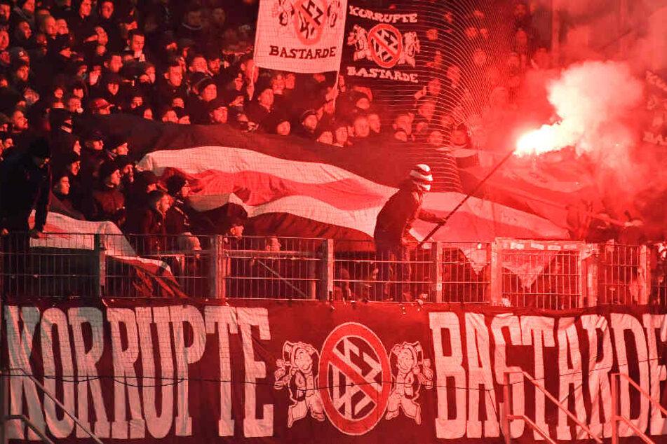 Auch verboten Bengalos wurden am Montagabend im Frankfurter Fan-Block gezündet.