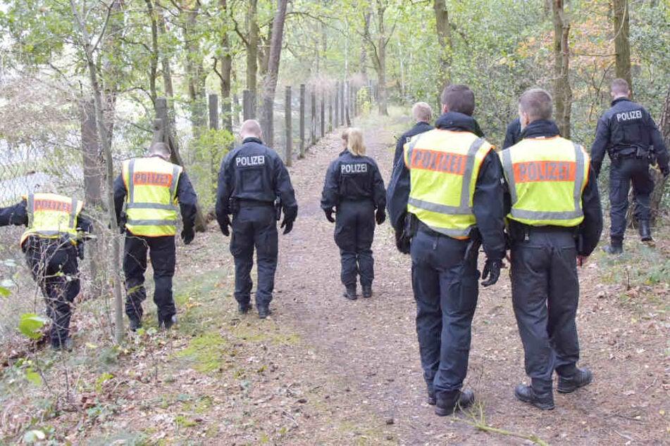 Bereitschaftspolizisten suchen nach Spuren.