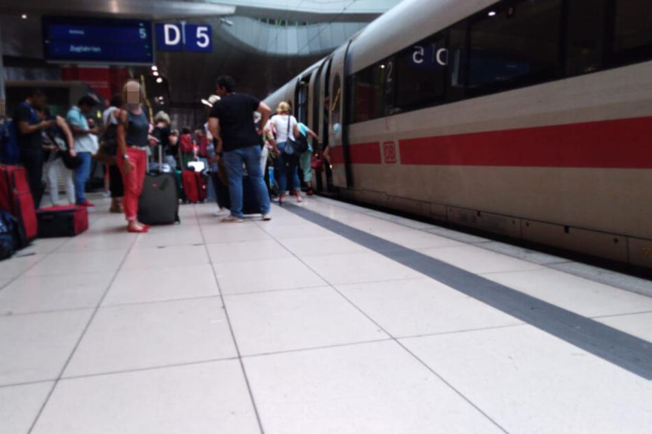 Die Fahrgäste mussten am Bahnhof am Frankfurter Flughafen sämtliche Züge räumen.