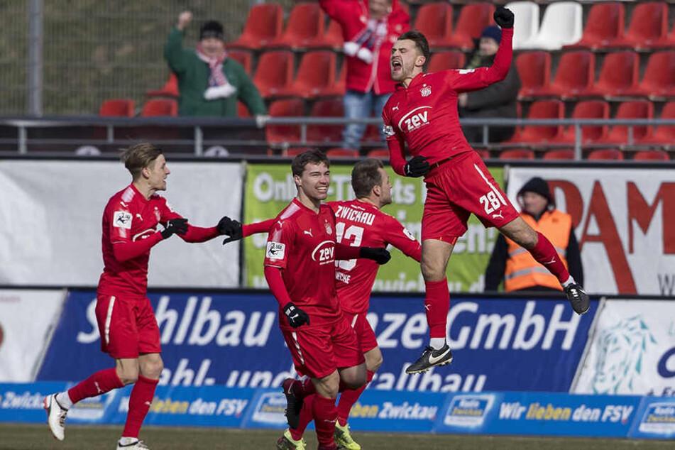So hoch springt ein Torschütze: Nils Miatke (r.) hob nach seinem Treffer gegen Münster regelrecht ab.