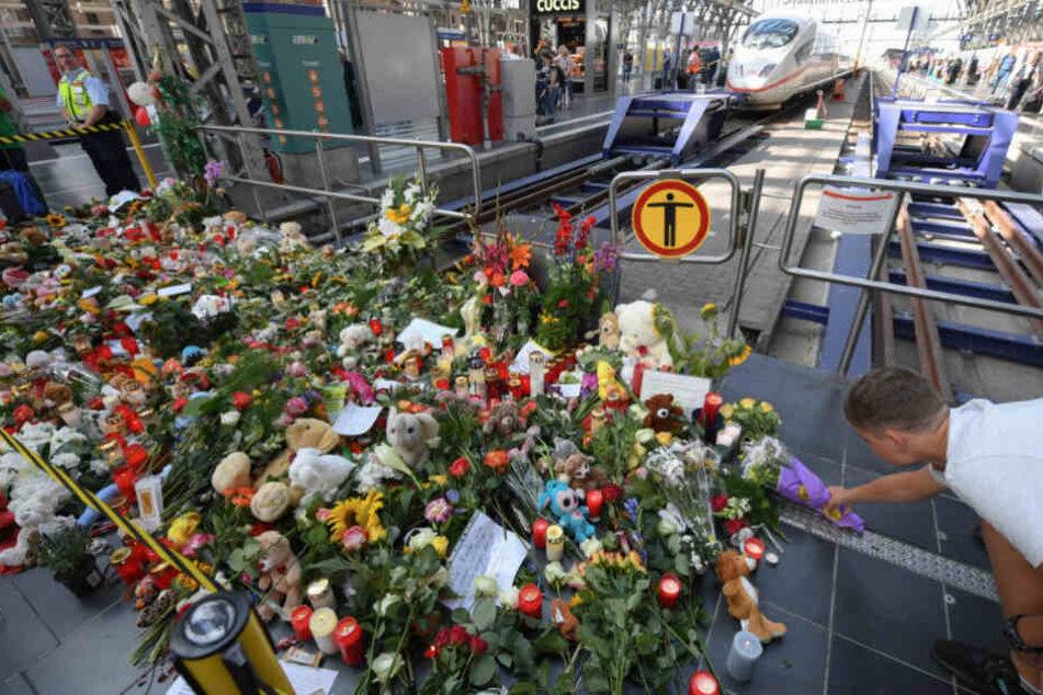Zahlreiche Kuscheltiere und Blumen wurden nach dem Vorfall am Gleis abgelegt.