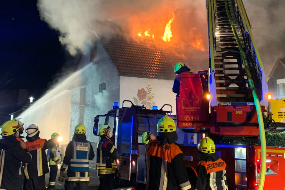 Zahlreiche Einsatzkräfte der Feuerwehr rückten aus, um die Flammen zu bekämpfen.