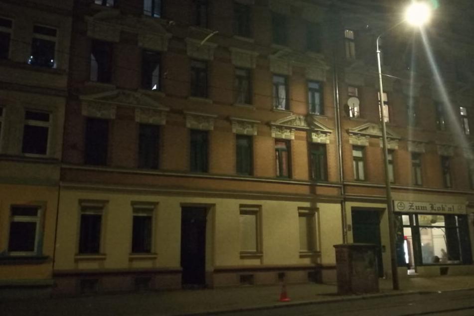 Gegen 21 Uhr soll ein 50 Jahre alter Mann versucht haben, das Treppenhaus in der Torgauer Straße 31 anzuzünden.