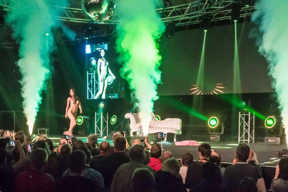 Nationale und Internationale Stars der Branche lassen bei heißen Bühnenshows die Hüllen fallen.