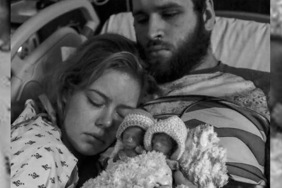 Desiree und Tom halten ihre Babys kurz nach der Geburt im Arm.
