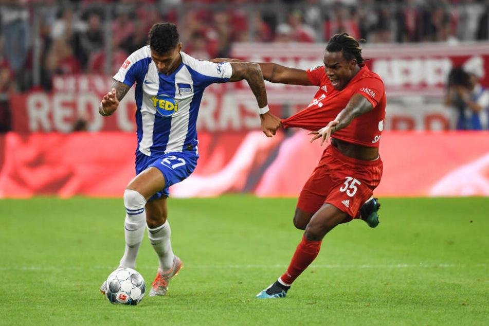 Münchens Renato Sanches (r) und Herthas Davie Selke kämpfen um den Ball.