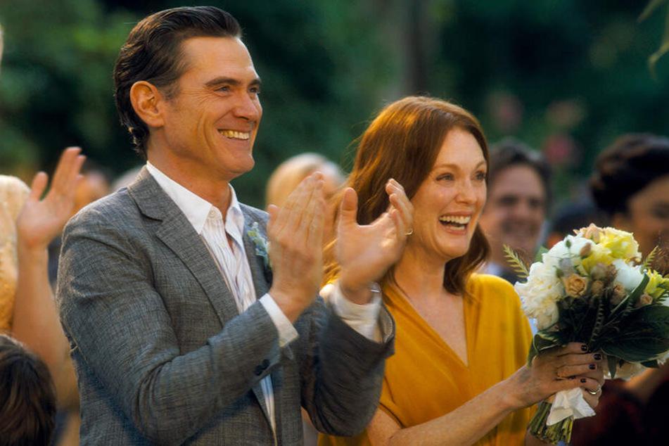 Die Freude wird den Brauteltern Oscar (l., Billy Crudup) und Theresa (Julianne Moore) bald vergehen.
