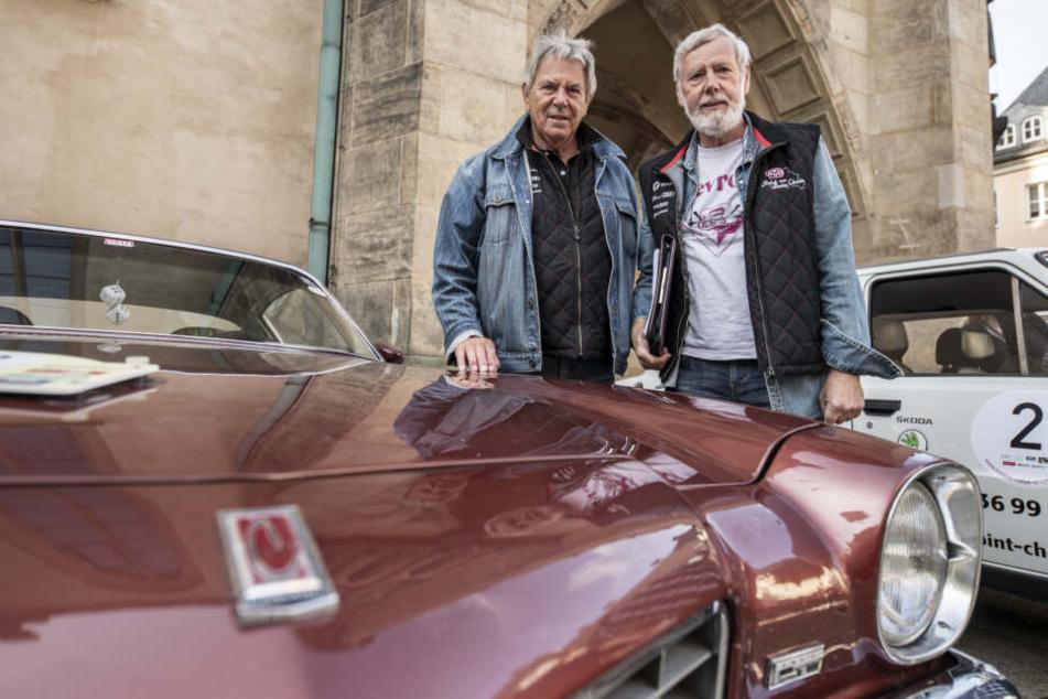 Klaus-Dieter Schulze (74)zusammen mit seinem Kumpel Volkmar Kirsten (65) vor einem Chevrolet Camaro aus dem Jahr 1973.