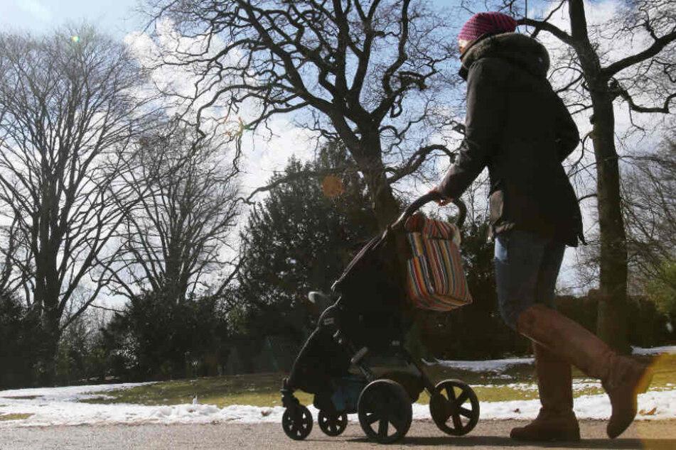 29-Jährige Mutter mit Kinderwagen von drei Sex-Tätern überfallen