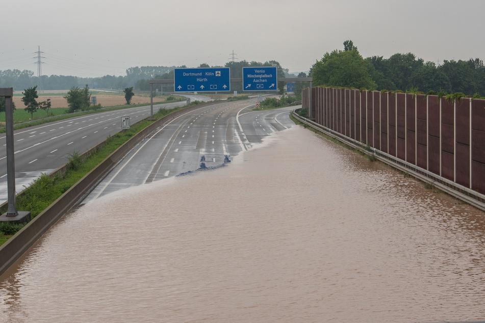 Das Regen-Unwetter in Nordrhein-Westfalen hat auf zahlreichen Autobahnen für überflutete Fahrbahnen gesorgt.