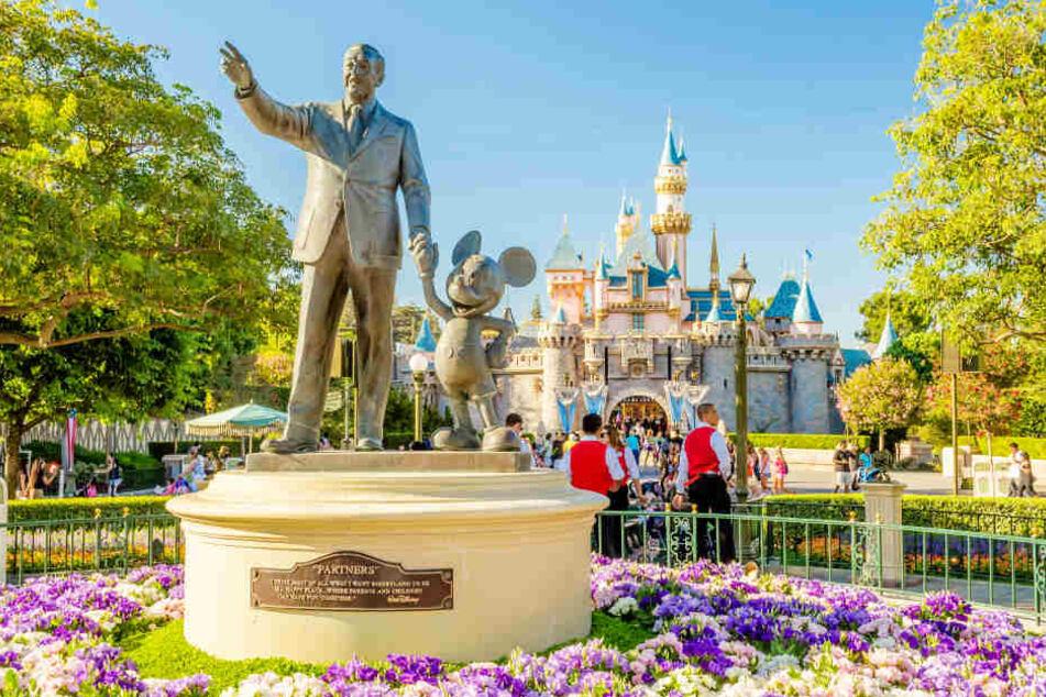 Walt Disney, Micky-Maus-Statue und Disyney-Schloss im Park in Anaheim. (Symbolbild)