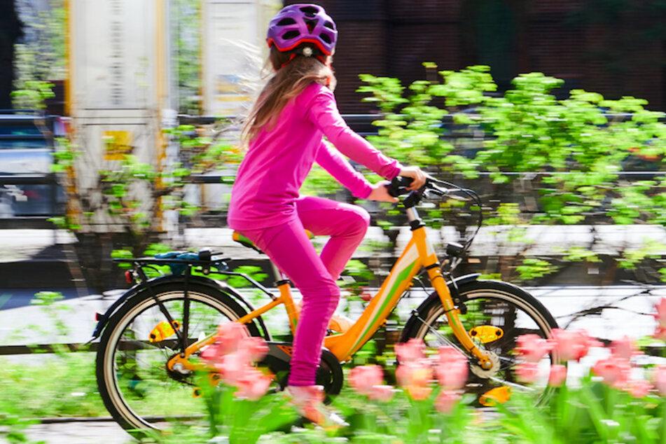 Eine junge Radfahrerin stieß in Oberfranken mit einem Auto zusammen. (Symbolbild)