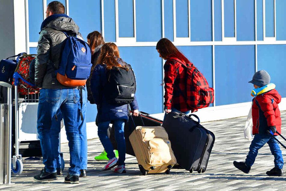 Es verlassen zwar auch immer mehr Flüchtlinge freiwillig das Land, aber gut ein Viertel der abgelehnten Asylbewerber kann nicht abgeschoben werden.