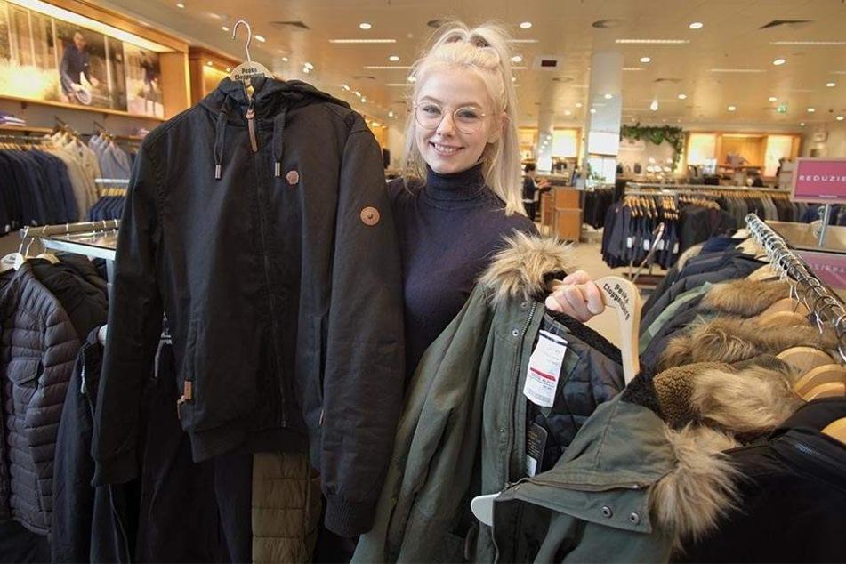 """Schnell eine Winterjacke kaufen? Lea Martin (19) von """"Peek & Cloppenburg"""" hat noch welche im Angebot."""
