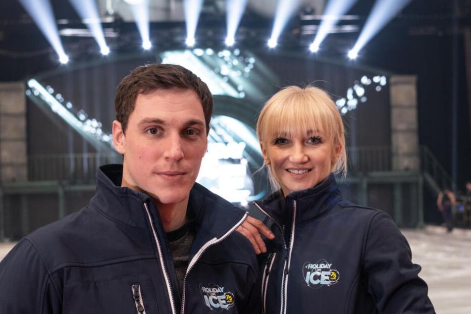 Die Eiskunstläufer Bruno Massot (l) und Aljona Savchenko stehen am Rand der Eisbahn von Holiday on Ice bei einem Interview in der Festhalle.