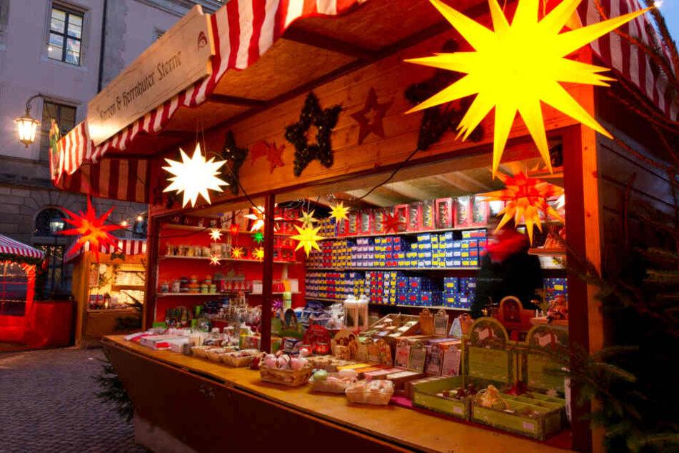 Herrnhuter Sterne und anderer weihnachtlicher Dekor gibt es hier in Fülle.
