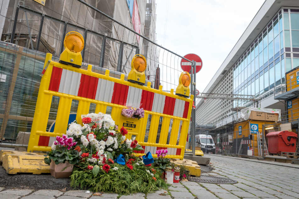 Am Tatort erinnern Blumen an den Toten und seinen schwerverletzten Partner.