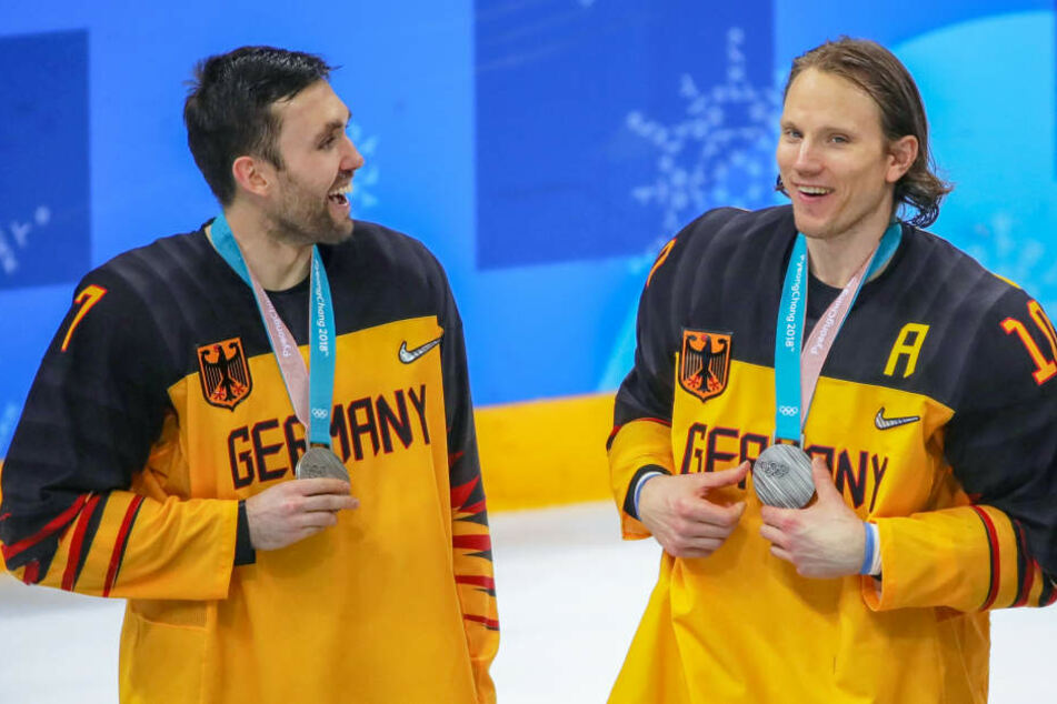 Christian Ehrhoff (r.) und Daryl Boyle feiern ihre Olympia-Silbermedaillen (Archivbild).
