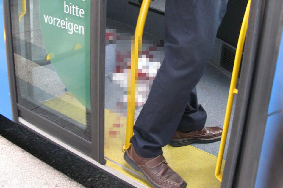 Frau mit Beil und blutenden Händen in Bus