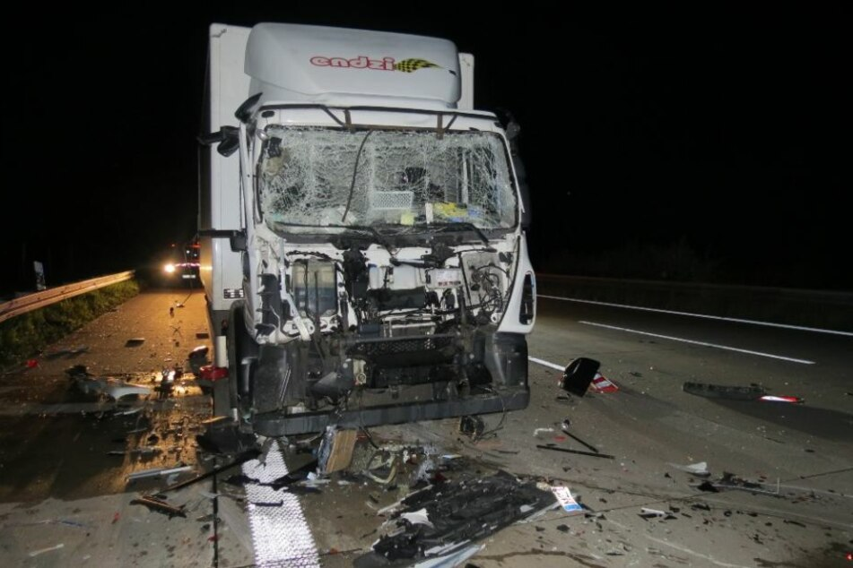 Vollkommen übermüdet krachte der Lkw-Fahrer (31) auf ein Baustellenfahrzeug. Er wurde leicht verletzt.