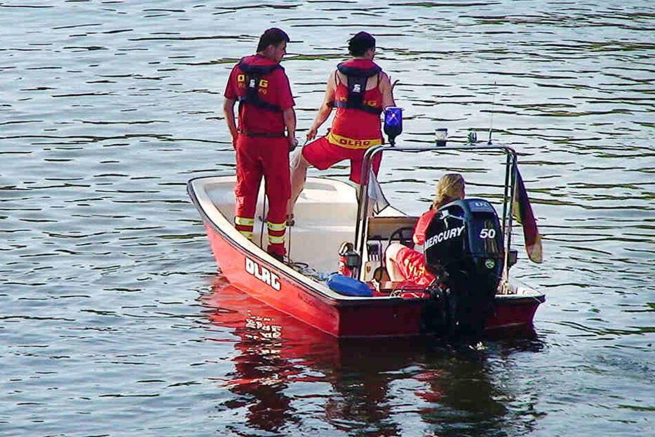 Rettungskräfte der DLRG suchen die Ruhr im Juli 2013 nach einem vermissten Achtjährigen ab.