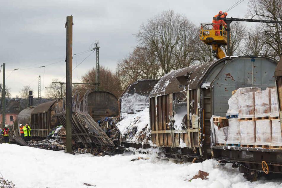 Der Güterzug war ausgebrannt und hatte die Strecke in Unkel bei Bonn beschädigt.