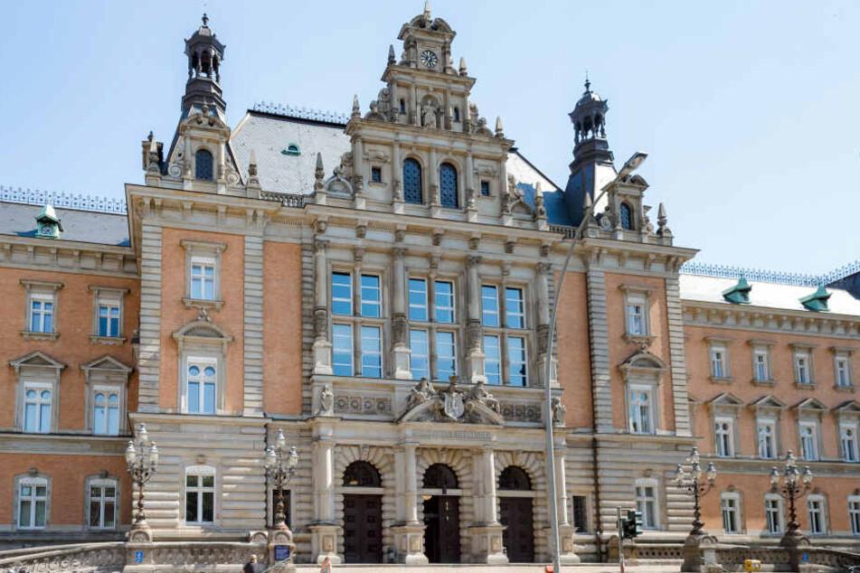 Der Prozess gegen einen 42-jährigen Mann wegen versuchten Mordes nach einer heftigen Messerattacke wird am Landgericht in Hamburg verhandelt.
