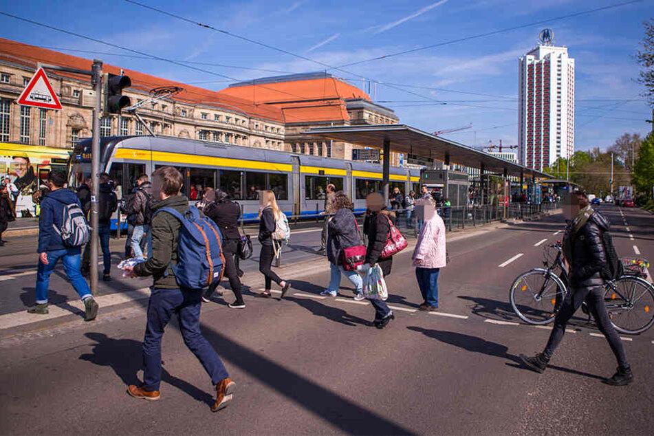 An einer Ampel auf Höhe der Westhalle des Hauptbahnhofs stieß der Unbekannte einen Mann vor ein fahrendes Auto. (Archivbild)